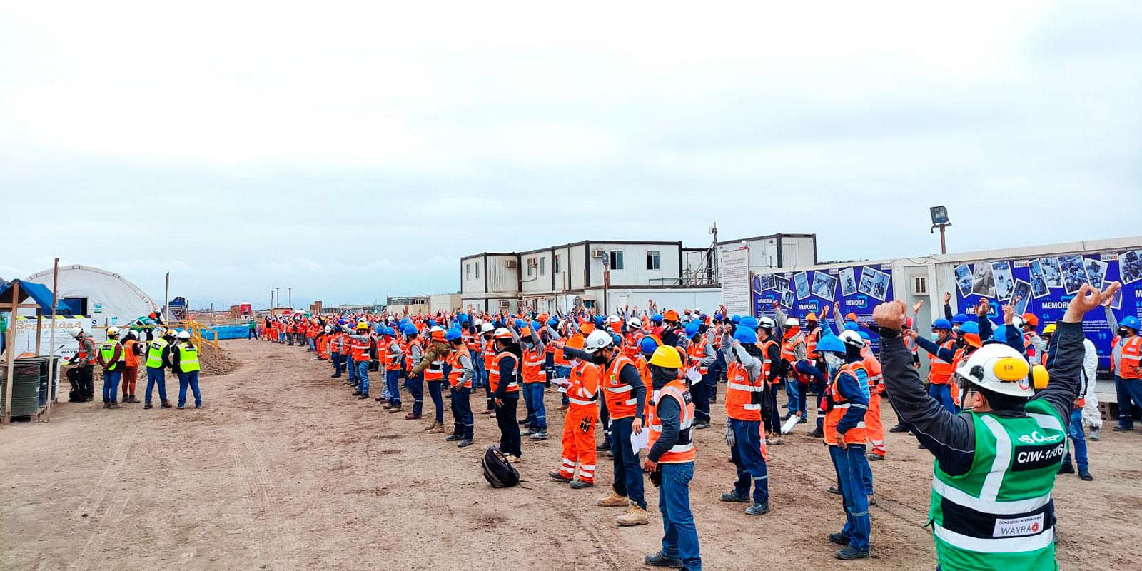 Obreros formados, recibiendo reconocieminto en su labor